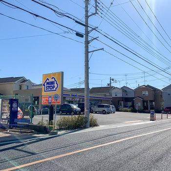 お部屋から徒歩約4分のところにあるコンビニ。志木駅へ行く際のバス停はその目の前にあります。