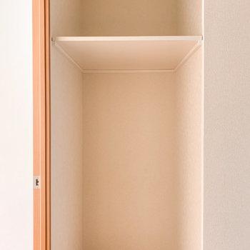 【洋室】入って左手にはちょっとした棚が。バスケットや衣装ケースが置けそうです。