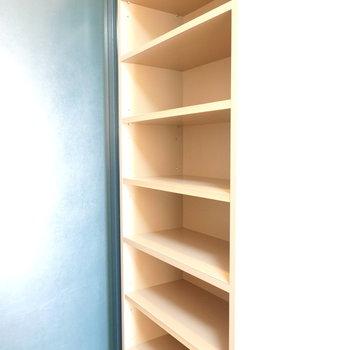 靴箱は床から天井まであり、靴以外も置いておけそうな大きさ。