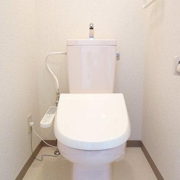 なんだかピンクがかったトイレ。ウォシュレット付き。