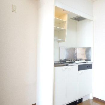 シンプルなひとり暮らし向けキッチン。冷蔵庫は左手に。
