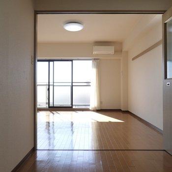 玄関を入るとまずこの景色。キッチンからオープンなのでお部屋が広々感じられる。