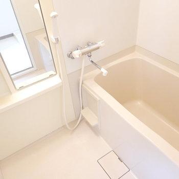 お風呂はシンプルな内装ですが、浴槽が少し大きめで嬉しい。