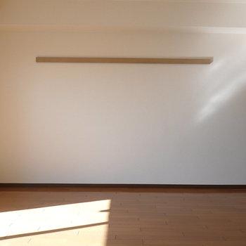 西側の壁にはピクチャーレール。室内干しや衣服の収納に役立ちそう。