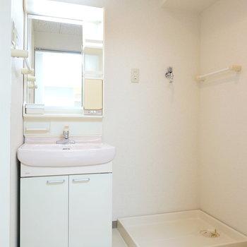 脱衣所には洗面台と洗濯機置き場。動線がスムーズですね。