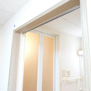 脱衣所への扉はないので、間仕切りカーテンを取り付けられるようになっています。