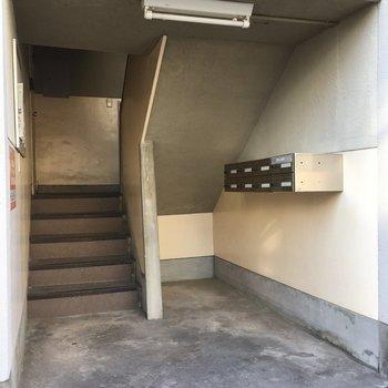 ポスト階段降りたところにありました。