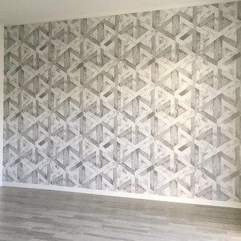 幾何学模様のアクセントクロス。スタイリッシュなお部屋にしてくれます。