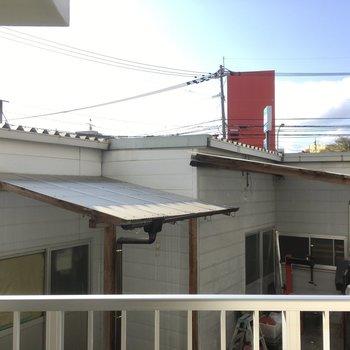 お隣さんがちらり。カーテンは必須ですね。