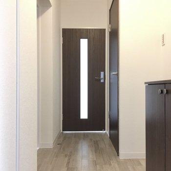 さて、次は洋室を見ていきましょう。玄関はいって左側の引き戸を置けると・・・?