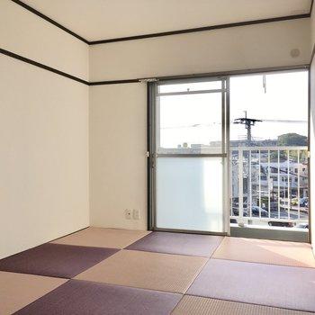 こちらは6畳の和室。印象的な紫の琉球畳ですね。