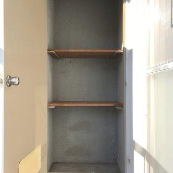 突き当りにはちょっとした収納。アウトドア用品を入れておけますね。