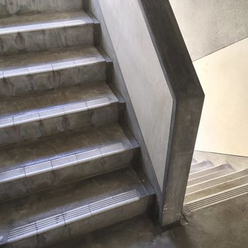1階ですが階段をちょっと登ってね。