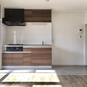 LDKは10帖の広さ。キッチンの横に冷蔵庫置場ですね。