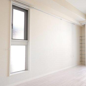 西側の壁には小窓とレール。植物を吊り下げて飾ればオシャレになって目の保養にも。