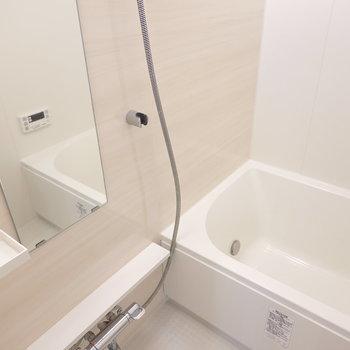お風呂はスッキリと、爽快感が感じられる内装。
