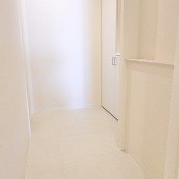 玄関はゆったり。足元のコーディネートもしっかり確認できそうな広さですね。