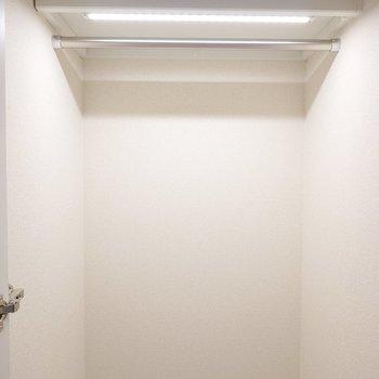 【廊下収納Ⅱ】こちらは玄関側。コート類はここに掛けると便利でしょう。