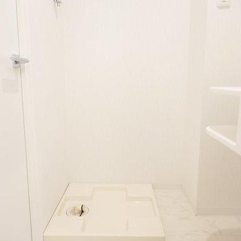 洗濯機置き場は脱衣所内、洗面台の左手に。