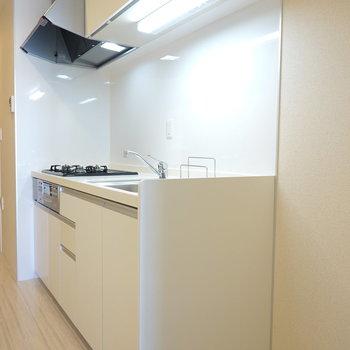 キッチンはとても清潔感があって綺麗。手料理がしたくなる。