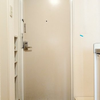 玄関も出入りしやすそうです。横に洗濯機置場。