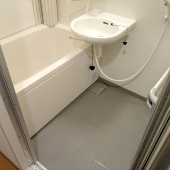 お風呂は2点ユニットだけど浴槽はゆったりサイズ。