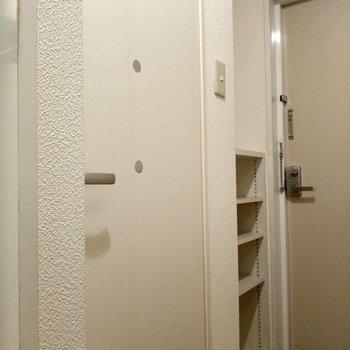 トイレの扉にもまぁるいアクセント。シューズボックスはコンパクトだけどブーツも入れられそう!