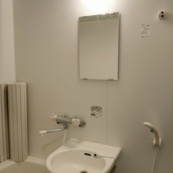 サーモ水栓で温度調整も楽々♪鏡あるからここで身支度も◎