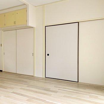 左の引き戸は玄関へ。右の襖は収納。