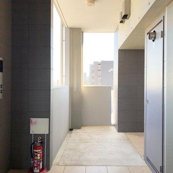 共用廊下もオープンで明るい空間です。