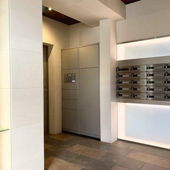 エレベーター奥にポストと宅配ボックス。いらないチラシもその場でゴミ箱にポイっと。