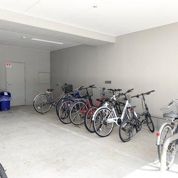 自転車置場も雨に濡れない屋根の下。自販機も設置されています。