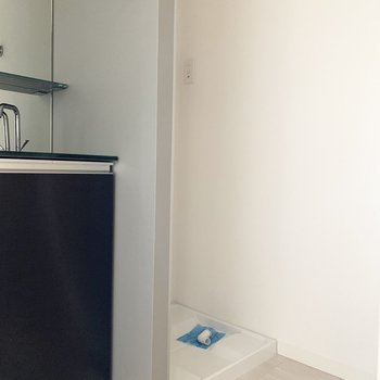 洗面台奥に洗濯機置場。この壁のグレーも素敵な色味◎