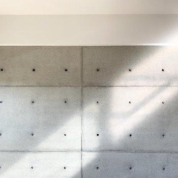 壁のこの光が素敵…◎コンクリはクロスでなく本物ですよ。