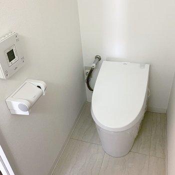 そう、おトイレです。タンクレスでフタの開閉も自動。ハイスペック〜!と、後ろを振り返ると…