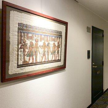 共用廊下にはエジプト絵画。