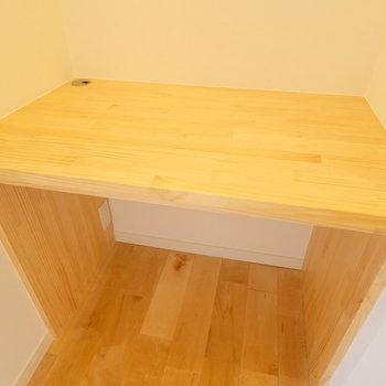 【イメージ】造作デスクを窓際に設置!お部屋のサイズにピッタリの家具をそのままお使いください!