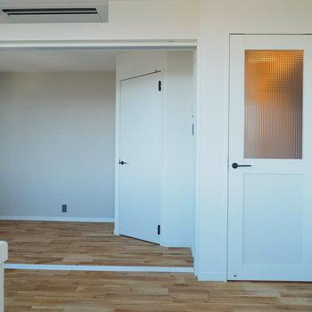 ガラス窓付きの扉が特別感をさらにプラス※写真は似た間取りのものです