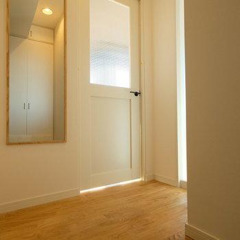 玄関も程よい光が差し込んで、気持ちが良い。