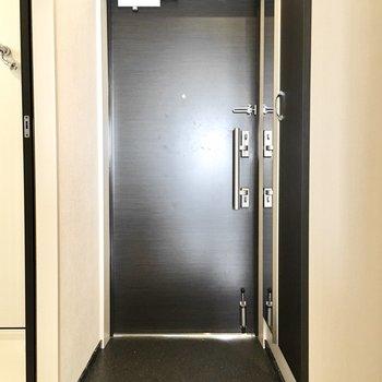 玄関はシンプルに。※写真は7階同間取り・別部屋のものです。