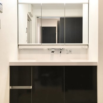 ふたり並べるぐらいビッグな洗面台。※写真は7階同間取り・別部屋のものです。