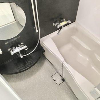お風呂にはまーるいミラーと浴室乾燥機つき。※写真は7階同間取り・別部屋のものです。