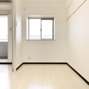 お隣の洋室へ。ダブルベットはギリギリかな。※写真は7階同間取り・別部屋のものです。
