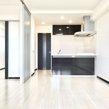 カウンターキッチンだから抜け感があります。※写真は7階同間取り・別部屋のものです。