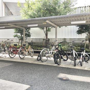 共用部】駐輪場は屋根付き。