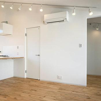 キッチンの右側、扉は脱衣所へ。右奥にベッドルームがあります。