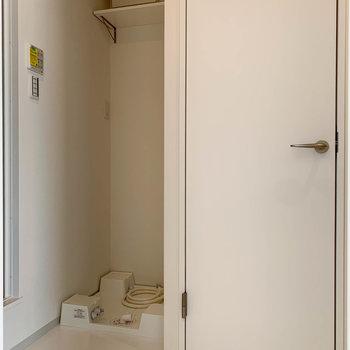 では、脱衣所へ。洗濯機置き場の右の扉、開けるとトイレです。