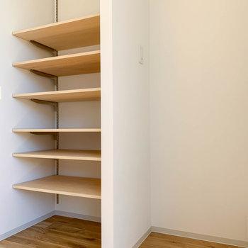 サイドの棚は食器類を置いてもいいかも。棚の右側が冷蔵庫置き場です。