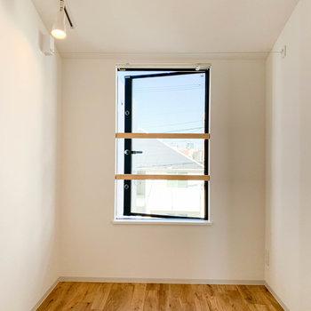 こちらがベッドルーム。ドアタイプの窓があります。