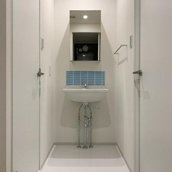 脱衣所の右側に洗面台があります。